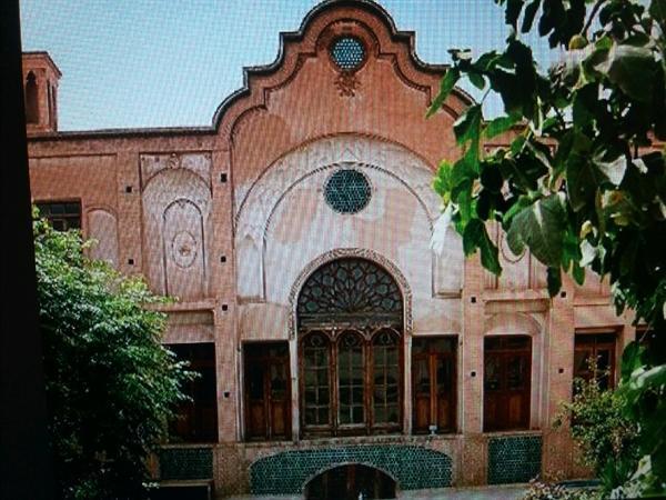 مرمت و نصب درهای چوبی خانه تاریخی صدوری کاشان