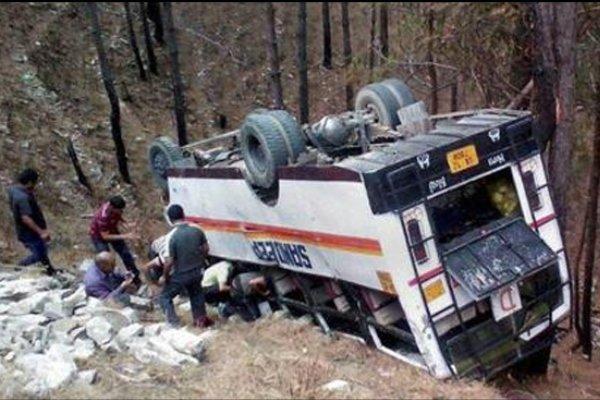 سقوط اتوبوس به دره ای در پاکستان 17 کشته بر جای گذاشت