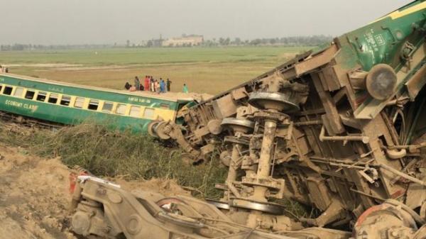 افزایش شمار کشته و زخمی های برخورد دو قطار در پاکستان